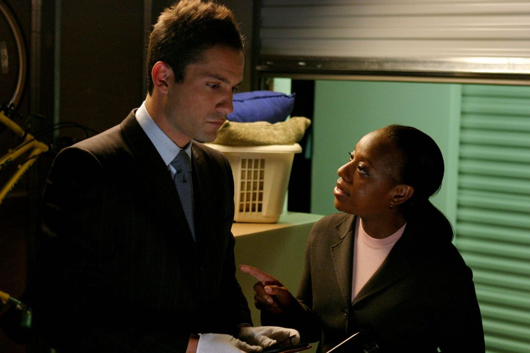 Das Verschwinden der erfolgreichen Geschäftsfrau Whitney Ridder beschäftigt Vivian Johnson (Marianne Jean-Baptiste, r.) und Danny Taylor (Enrique Mu... - Bildquelle: Warner Bros. Entertainment Inc.