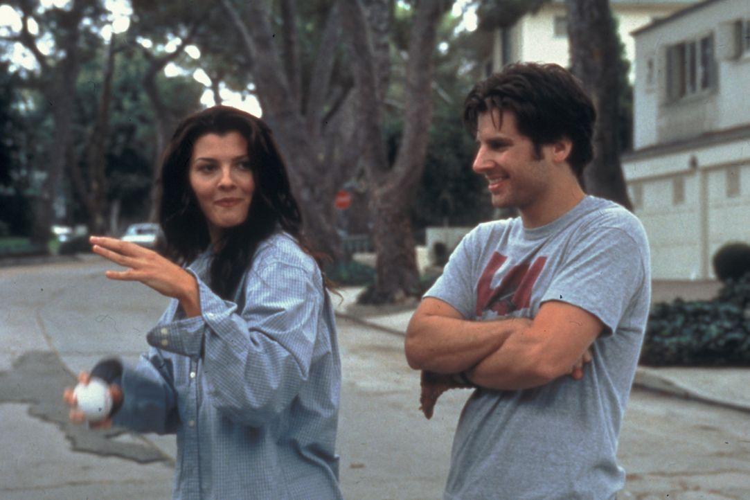 Nach Max' (James Roday, r.) Einführung ins Leben, beherrscht Kate (Ali Landry, l.) schon bald alles, was für das Leben ungeheuer wichtig ist: Pizz... - Bildquelle: Zide-Perry Productions