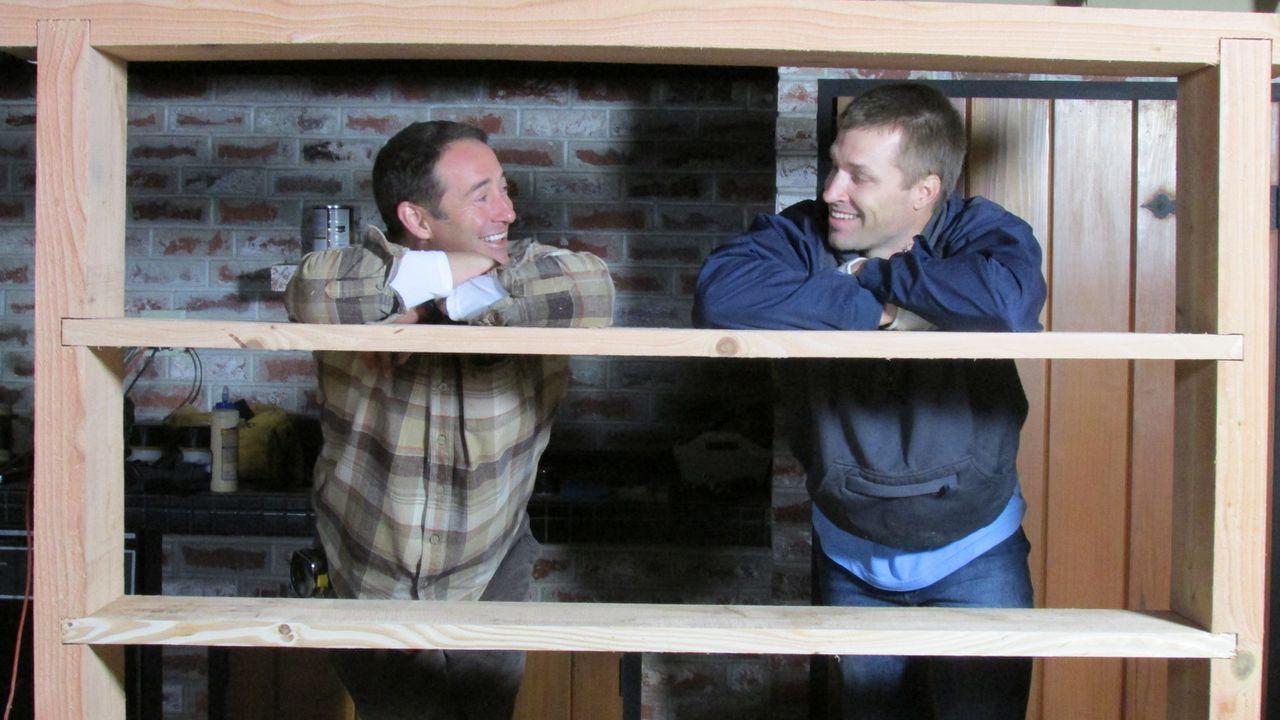 (11. Staffel) - Bauunternehmer Josh Temple (l.) sucht in Baumärkten nach verzweifelten Heimwerkern und greift ihnen mit seinem Team bei den Umbauarb... - Bildquelle: 2015, DIY Network/Scripps Networks, LLC. All Rights Reserved.
