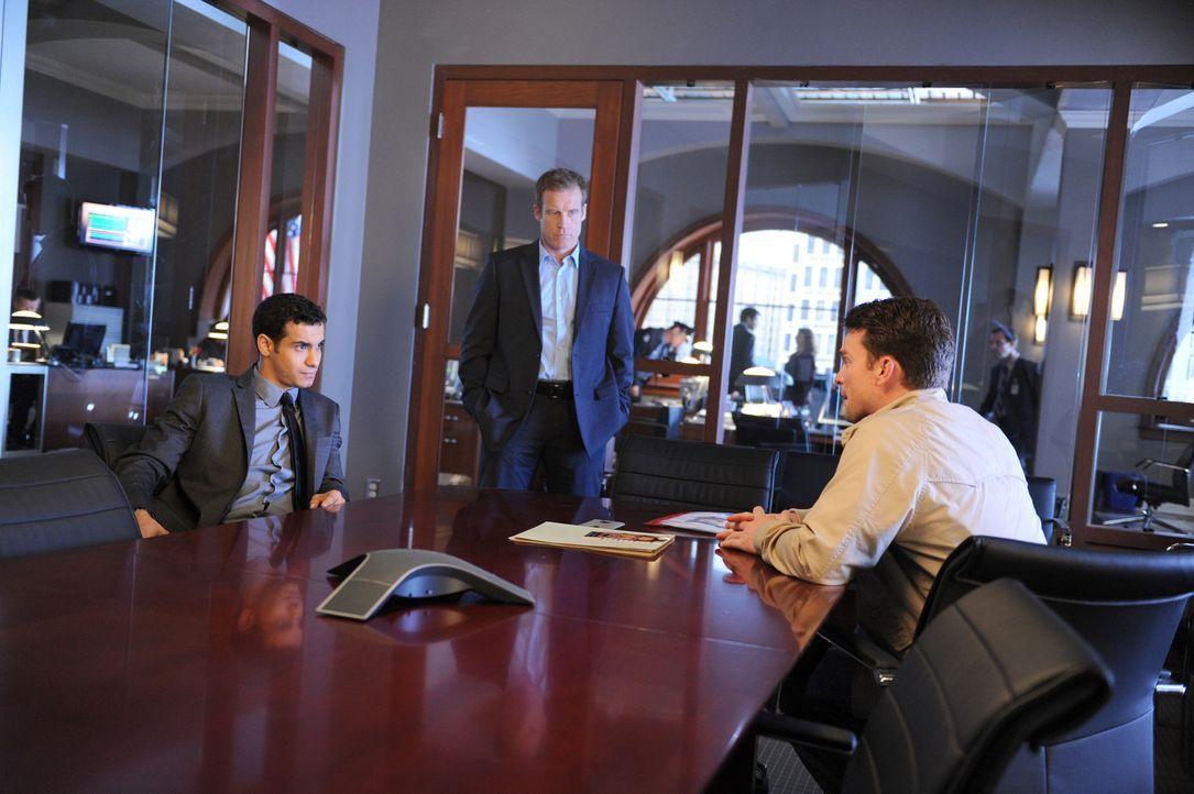 Detective Tommy Sulivan (Mark Valley, M.) verhört zusammen mit seinem Kollegen, Detective Adam Schaeffer (Elyes Gabel, l.), seinen neuen Verdächtige... - Bildquelle: 2013 American Broadcasting Companies, Inc. All rights reserved.