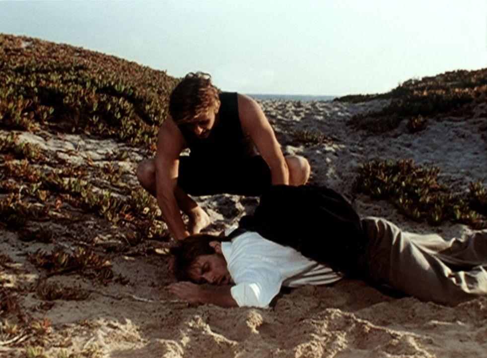 Jesse (Charlie Schlatter, oben) kümmert sich um einen bewusstlosen Mann, der am Strand zusammengebrochen ist. - Bildquelle: Viacom