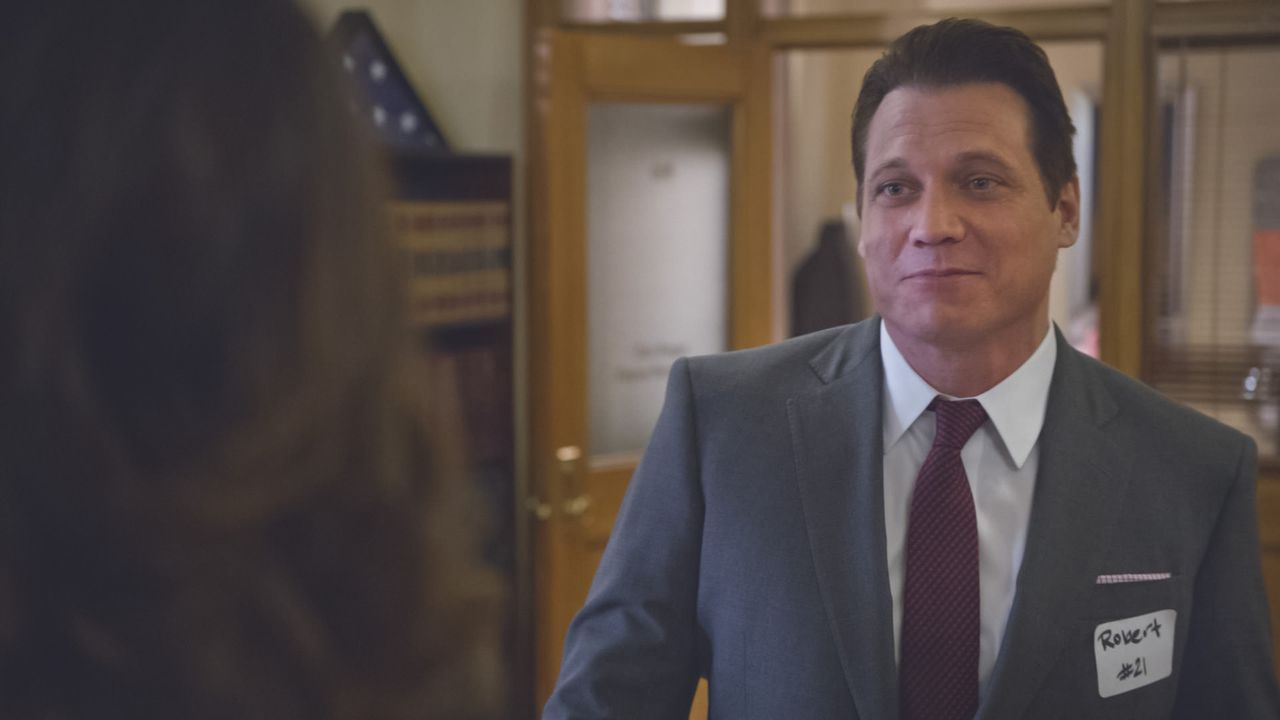 Erin staunt nicht schlecht, als sie nach einem grauenhaften Speed-Dating Robert McCoy (Holt McCallany), einen ihrer Dating-Partner, in ihrem Büro vo... - Bildquelle: 2013 CBS Broadcasting Inc. All Rights Reserved.