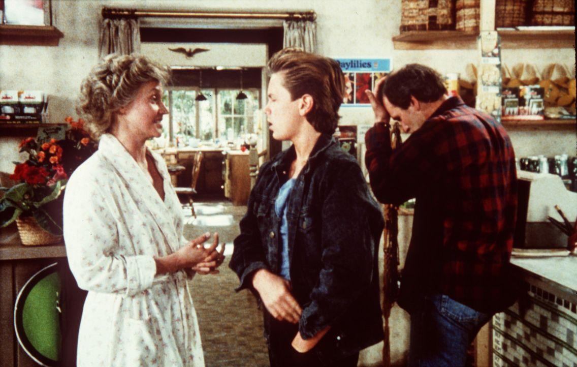 Jeffrey Grant (River Phoenix, M.) ist entsetzt, als er erfährt, dass seine Eltern Richard (Richard Jenkins, r.) und Elizabeth (Caroline Kava, l.) e... - Bildquelle: Columbia Pictures
