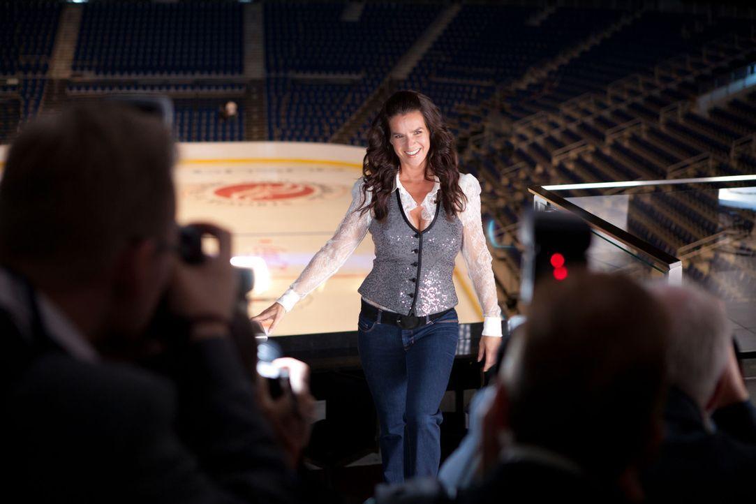 Deutschlands erfolgreichste Eiskunstläuferin, Katarina Witt (Katarina Witt), steht kurz vor der Premiere ihrer Show, als ihr suggeriert wird, erneut... - Bildquelle: Conny Klein SAT. 1