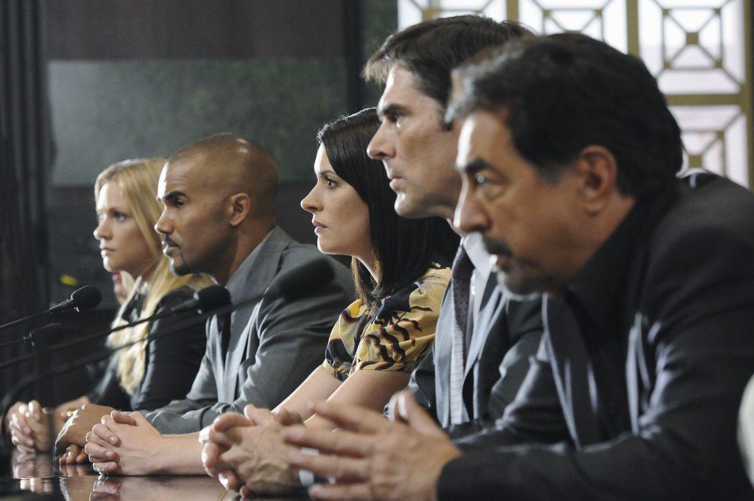 Das Team um JJ (AJ Cook), Morgan (Shemar Moore), Prentiss (Paget Brewster), Hotch (Thomas Gibson) und Rossi... - Bildquelle: ABC Studios