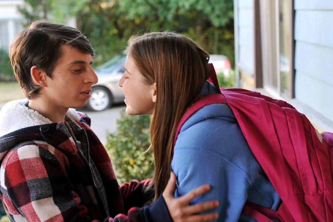 Matt (Moises Arias, l.) und Sue (Eden Sher, r.) schweben im siebten Himmel. Nur das Küssen scheint aus unerfindlichen Gründen auf einmal nicht mehr... - Bildquelle: Warner Brothers
