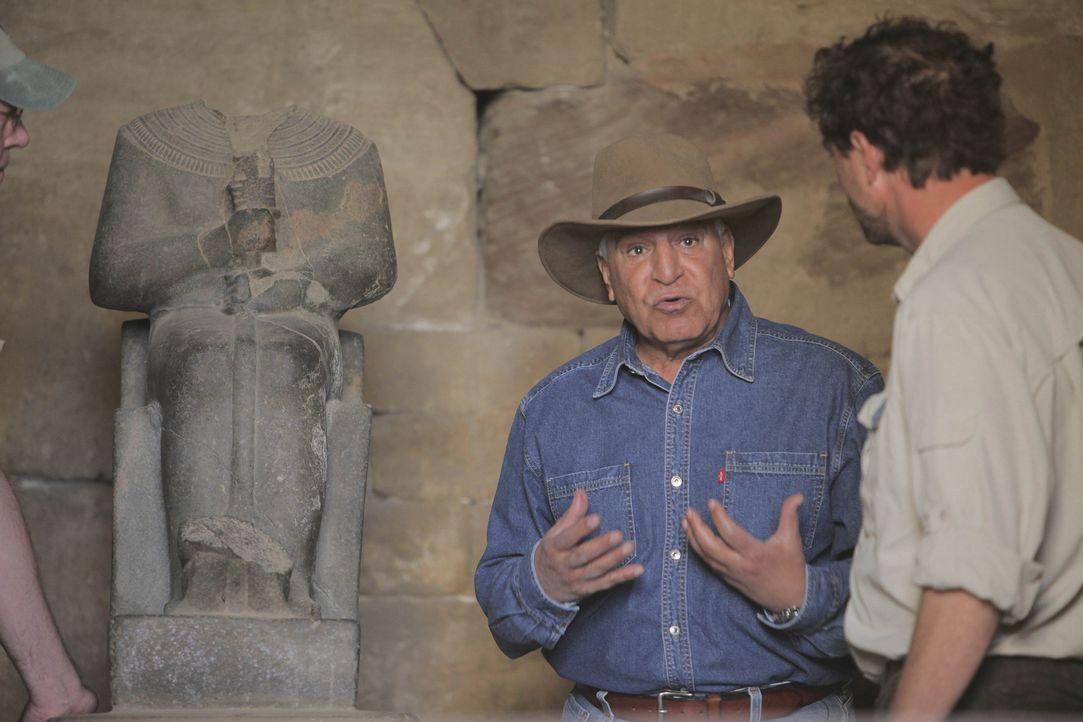 Der berühmte Archäologe und Ägyptologe Dr. Zahi Hawass (l.) teilt seine Erfahrungen mit einer Gruppe engagierter Studenten und nimmt David (r.) und... - Bildquelle: Shawn Baldwin 2010 A&E TELEVISION NETWORKS. All Rights Reserved.