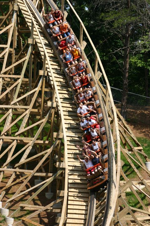 Aus Holz kann man einige schöne Dinge bauen: Auch Achterbahnen können fast vollständig aus Holz bestehen und trotzdem für den ultimativen Kick sorge... - Bildquelle: ProSieben MAXX