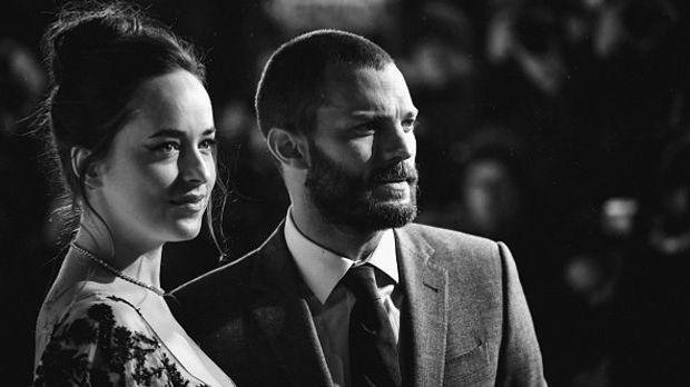 Schwarzweißbild von Dakota Johnson und Jamie Darnon auf der Premiere zu 50 Sh...