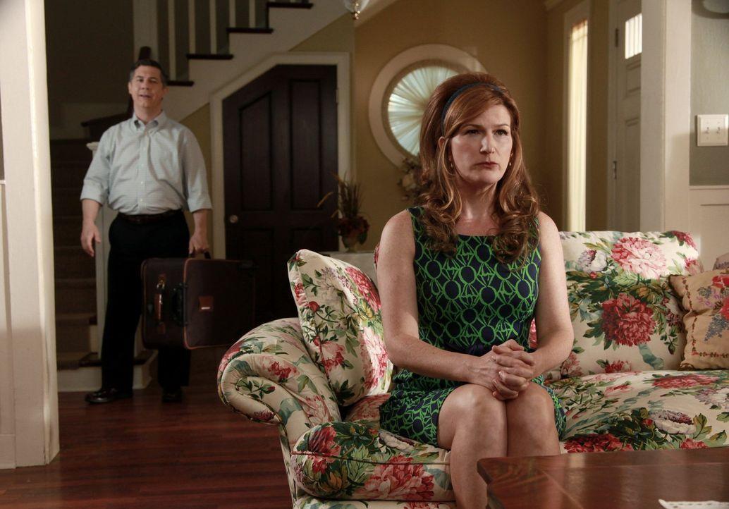 Um mit auf dem Männerausflug zu können, muss Fred (Chris Parnell, l.) um Erlaubnis bei seiner Frau Sheila (Ana Gasteyer, r.) bitten ... - Bildquelle: Warner Bros. Television