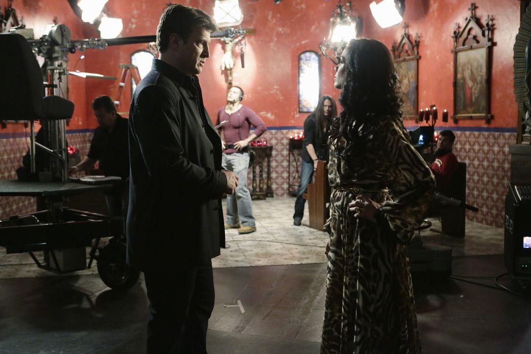 Als eine junge Schauspielerin einer Telenovela ermordet wird, wird Castle (Nathan Fillion, l.) als Privatdetektiv von Sophia Del Cordova (Daya Vaidy... - Bildquelle: ABC Studios