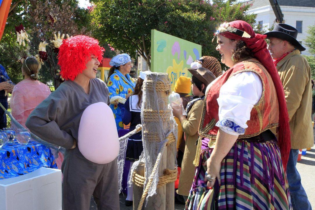 Frankie (Patricia Heaton, l.) ist überglücklich, dass Nancy (Jen Ray, r.) sich bereit erklärt, an Halloween mit Brick um die Häuser zu ziehen und Sü... - Bildquelle: Warner Brothers