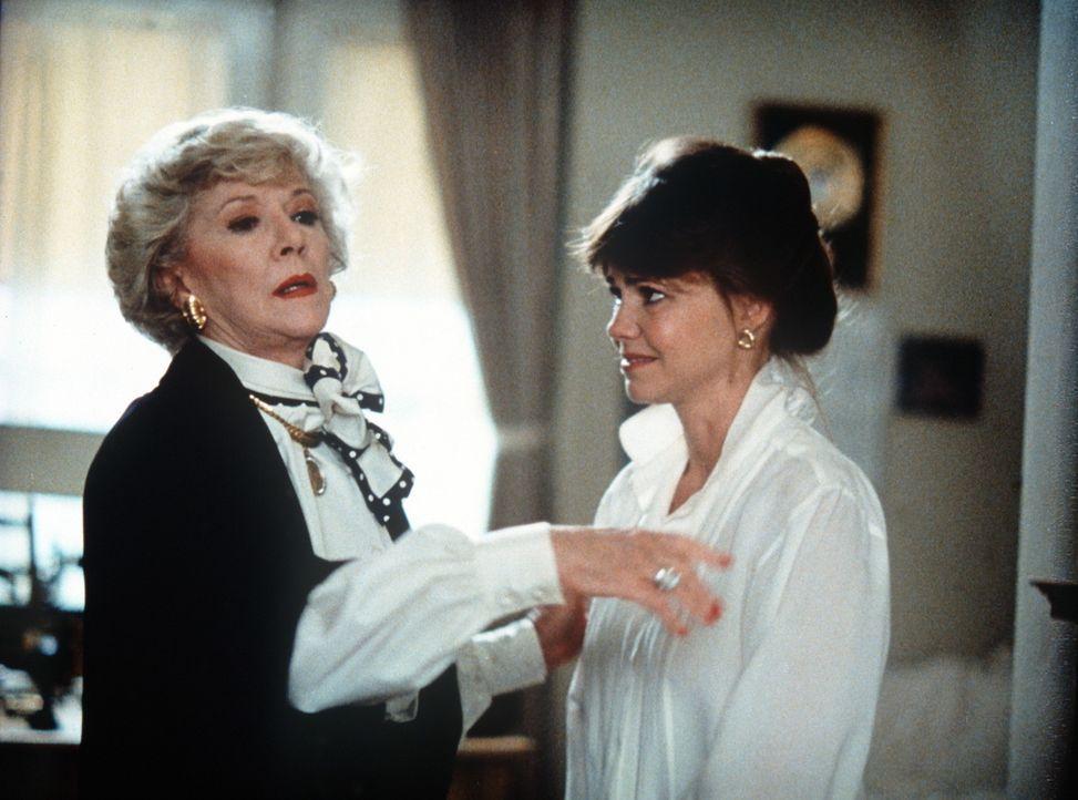 Sieht Charlotte Banning (Claire Trevor, l.) nun auch einen Geist? Kay (Sally Field, r.) ist sich da nicht so sicher ... - Bildquelle: Twentieth Century Fox Film Corporation