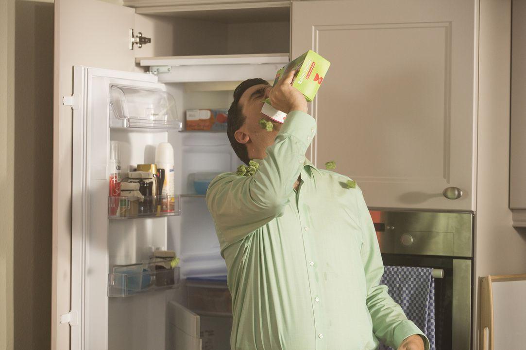 Bastian (Bastian Pastewka) greift zu einer Portion Tiefkühlspinat, um damit seine geschwollene Zunge zu kühlen - doch ist das eine wirksame Methode? - Bildquelle: Frank Dicks SAT.1