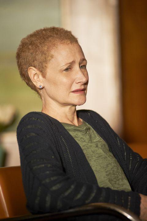 Mia (Patricia Clarkson) ist am Ende ihrer Kräfte angekommen. Der Brustkrebs und die Chemo rauben ihr jegliche Reservern ... - Bildquelle: 2011 Sony Pictures Television Inc. All Rights Reserved.