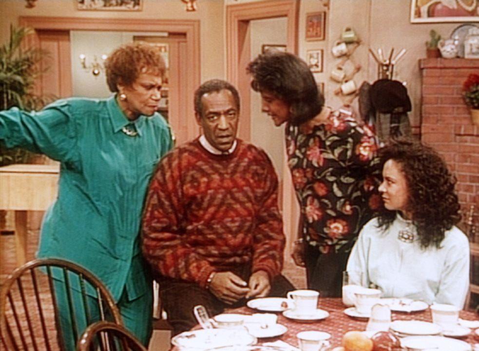 Cliff (Bill Cosby, 2.v.l.) muss sich von Clair (Phylicia Rashad) und Anna (Clarice Taylor, l.) ganz schön was anhören. Sondra (Sabrina LeBeauf, r.... - Bildquelle: Viacom