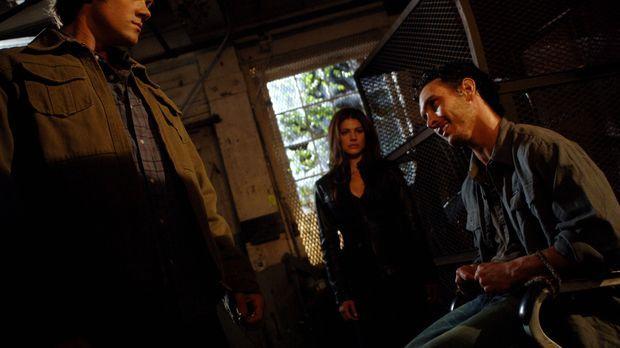 Während Sam (Jared Padalecki, l.) und Ruby (Genevieve Cortese, M.) einen Ruga...