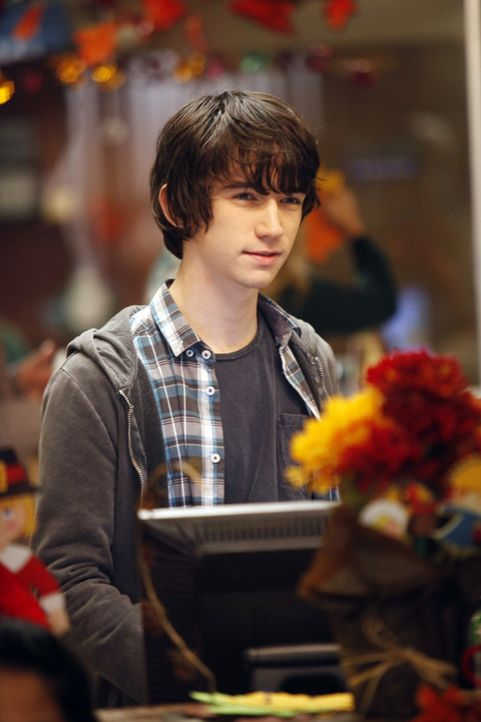 "Dr. Michael Holts Neffe Milo (Liam Aiken) hilft in der ""Clinica"" aus ... - Bildquelle: 2011 CBS BROADCASTING INC. ALL RIGHTS RESERVED"