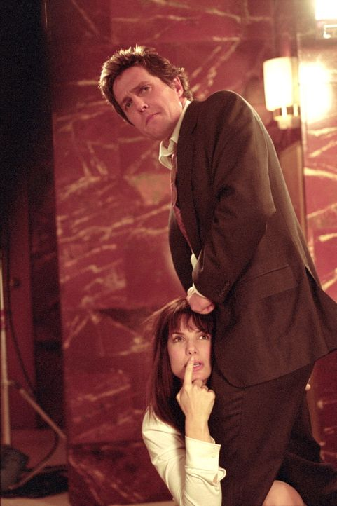 Geraten immer wieder in überaus peinliche Situationen: George Wade (Hugh Grant, r.) und seine Anwältin Lucy Kelson (Sandra Bullock, l.) ... - Bildquelle: Warner Bros.