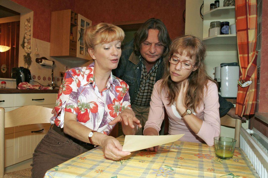 """Helga (Ulrike Mai, l.) erzählt Bernd (Volker Herold, M.) und Lisa (Alexandra Neldel, r.) begeistert von einem dubiosen """"Systemspiel"""", bei dem man a... - Bildquelle: Sat.1"""