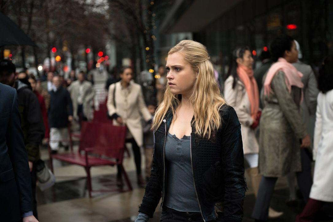 Clarke (Eliza Taylor) wagt sich in die Stadt des Lichts, um nach einem Weg zur Bekämpfung von Alie zu finden. Doch dann stellt sie eine Erkenntnis v... - Bildquelle: 2014 Warner Brothers