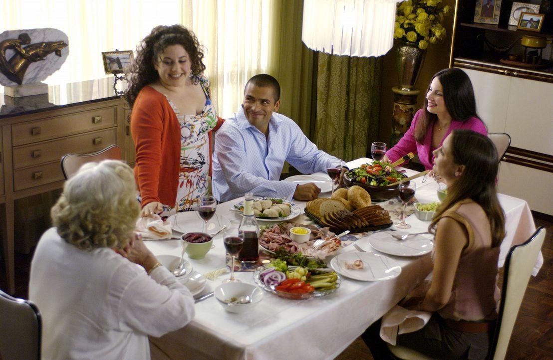 Die mollige Becca (Marissa Jaret Winokur, stehend) hat einen großen Freundeskreis, eine liebevolle Familie (Fran Drescher, r. und Sarah Manninen, 3... - Bildquelle: Walt Disney Studios