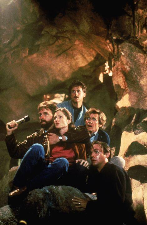 """In der Kanalisation täuscht """"Es"""" die Freunde Ben (John Ritter, v.l.n.r.), Beverly (Annette O'Toole), Richie (Dennis Christopher), Eddie (Harry Ander... - Bildquelle: Warner Bros."""