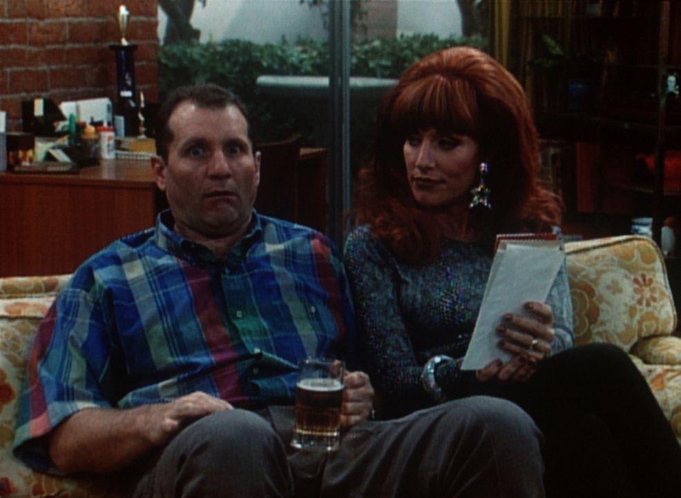 Al (Ed O'Neill, l.) will nur in Ruhe sein Bier trinken, aber Peggy (Katey Sagal, r.) nervt ihn mal wieder ... - Bildquelle: Columbia Pictures