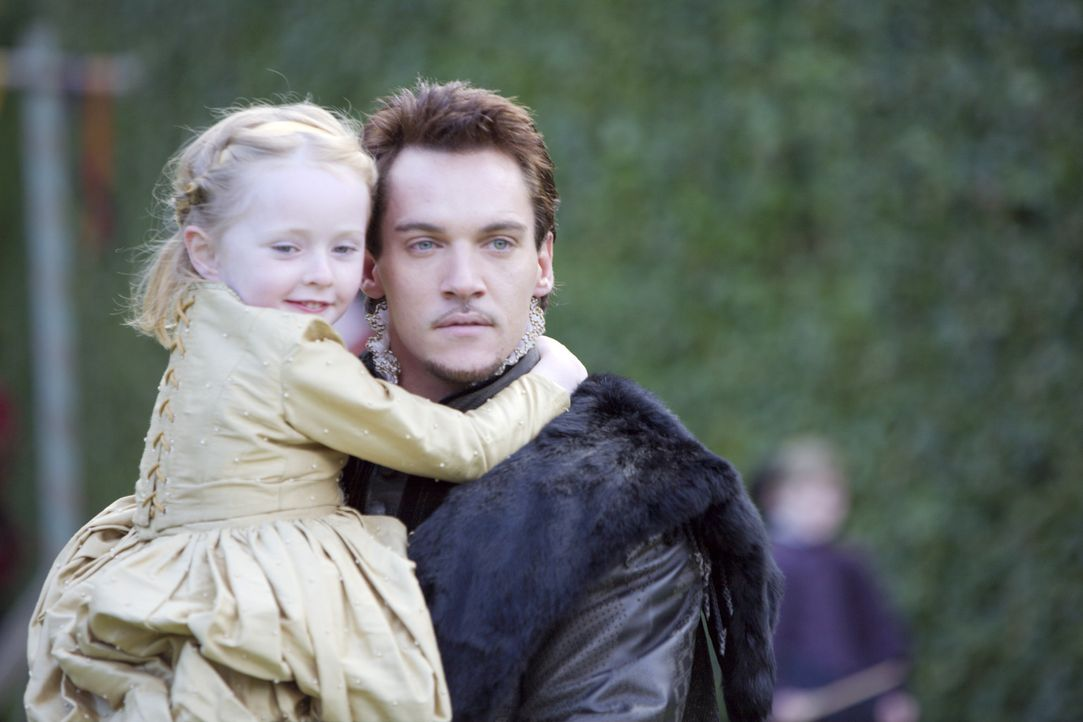 Obwohl sie in der Thronfolge keine Rolle spielt, geht der König liebevoll mit ihr um: Henry (Jonathan Rhys Meyers, r.) und seine Tochter Elisabeth... - Bildquelle: 2008 TM Productions Limited and PA Tudors II Inc. All Rights Reserved.