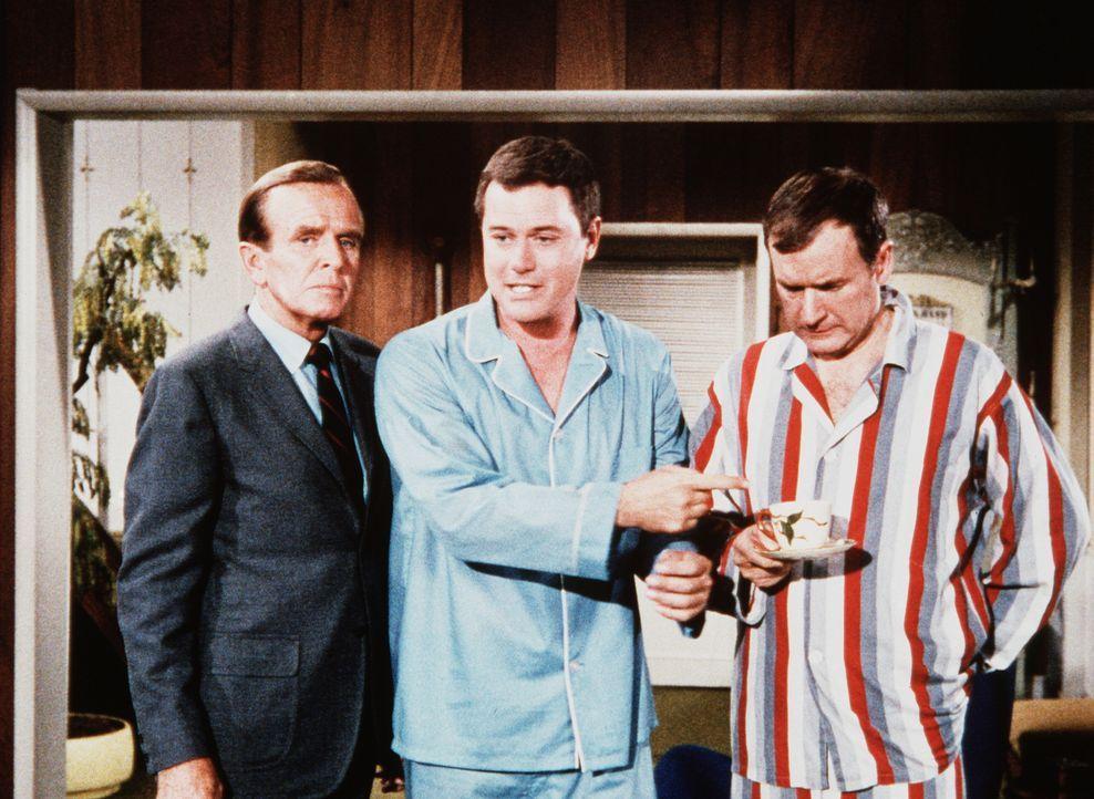 Dr. Bellows (Hayden Rorke, l.) will sich vergewissern, wie Tony (Larry Hagman, M.) und Roger (Bill Daily, r.) miteinander auskommen. - Bildquelle: Columbia Pictures