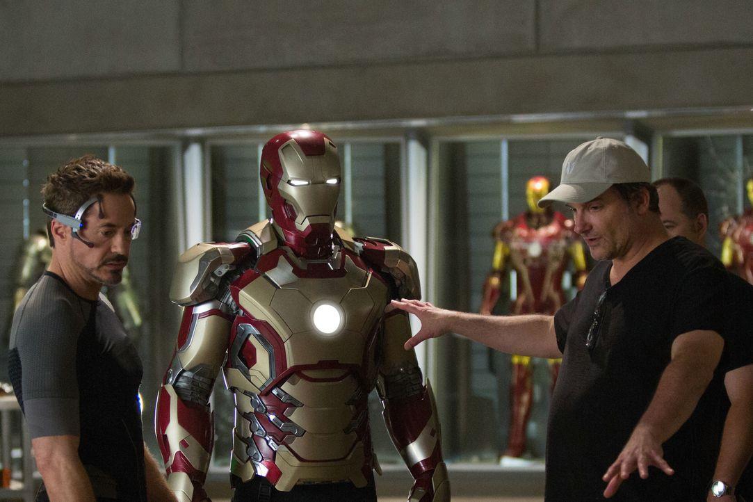 Robert Downey Jr.(l.) bekommt letzte Anweisungen von Regisseur Shane Black (r.) ... - Bildquelle: TM &   2013 Marvel & Subs. All Rights Reserved.