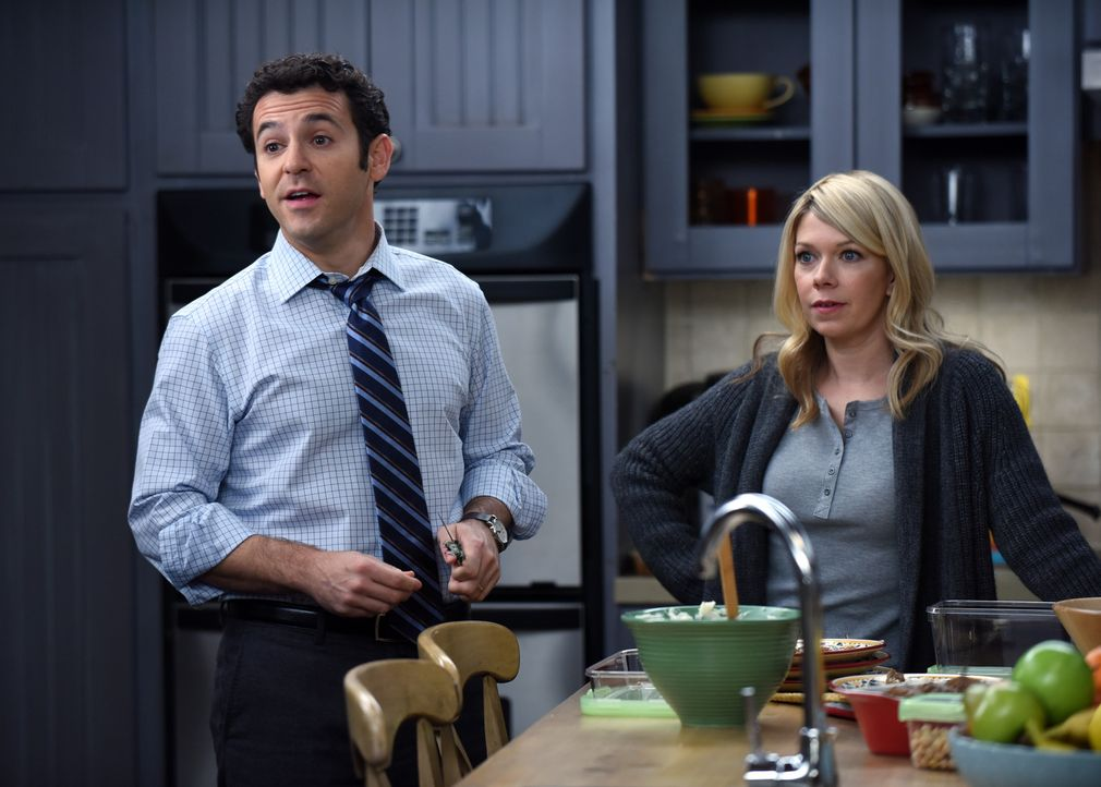 Wie geht Stewart (Fred Savage, l.) damit um, dass Debbie (Mary Elizabeth Ellis, r.) tatsächlich immer Zuhause ist, nachdem sie so übermütig ihren Jo... - Bildquelle: 2015-2016 Fox and its related entities.  All rights reserved.