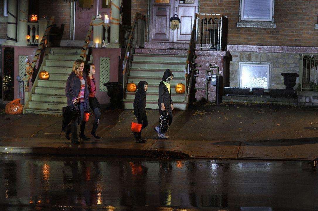 Mord an Halloween: Während Kinder in der Nachbarschaft auf Süßigkeitenjagd gehen, wird die 29-jährige Renée Rondeau (r.) in ihrer Wohnung brutal erm... - Bildquelle: Jag Gundu Cineflix 2012