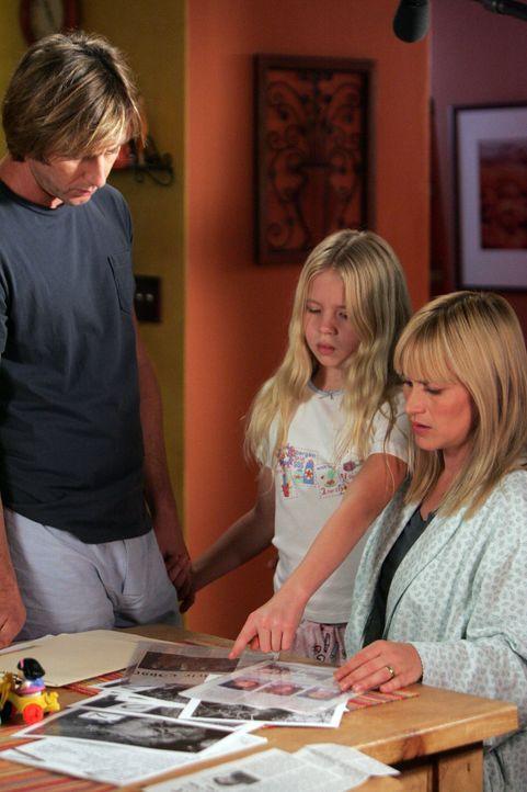 Ariel (Sofia Vassilieva, M.) zeigt ihrer Mutter (Patricia Arquette, r.) und ihrem Vater (Jake Weber, l.) einen Mann, den sie in ihrem Traum gesehen... - Bildquelle: Paramount Network Television