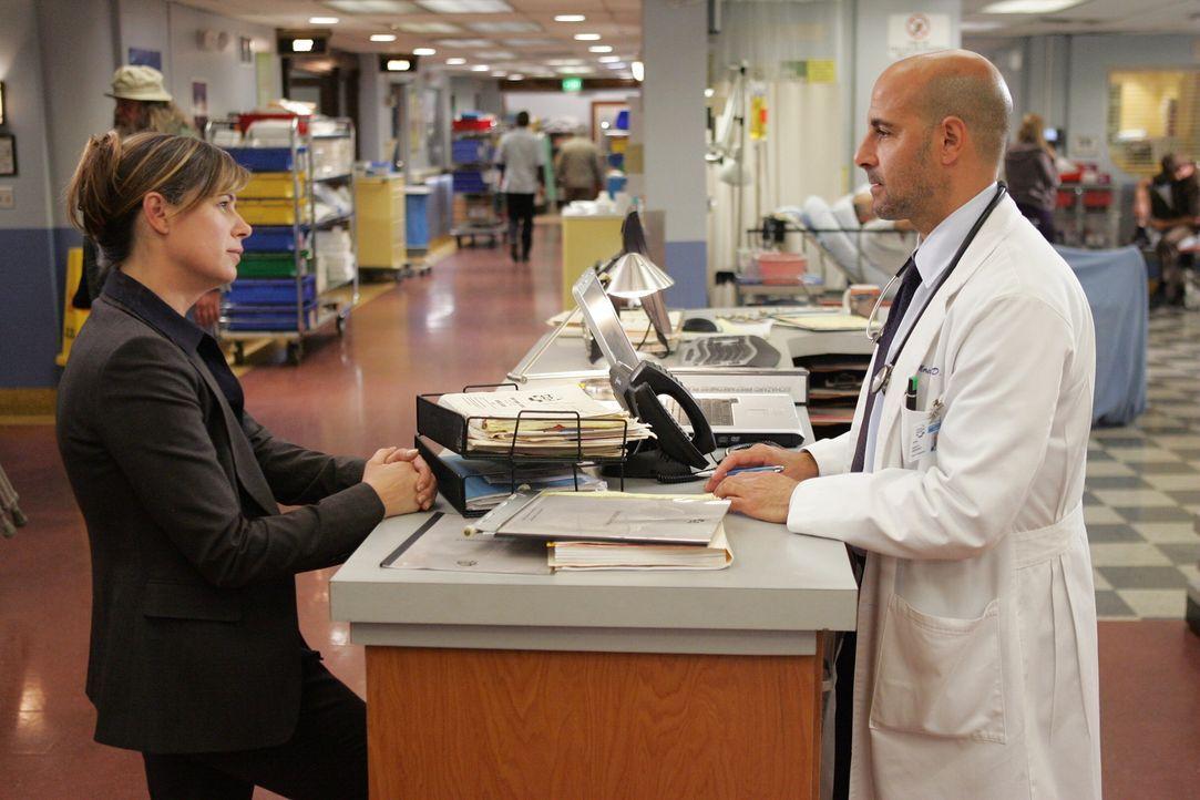 Dr. Moretti (Stanley Tucci, r.) und Abby (Maura Tierney, l.) besprechen die Vorkommnisse das Tages ... - Bildquelle: Warner Bros. Television