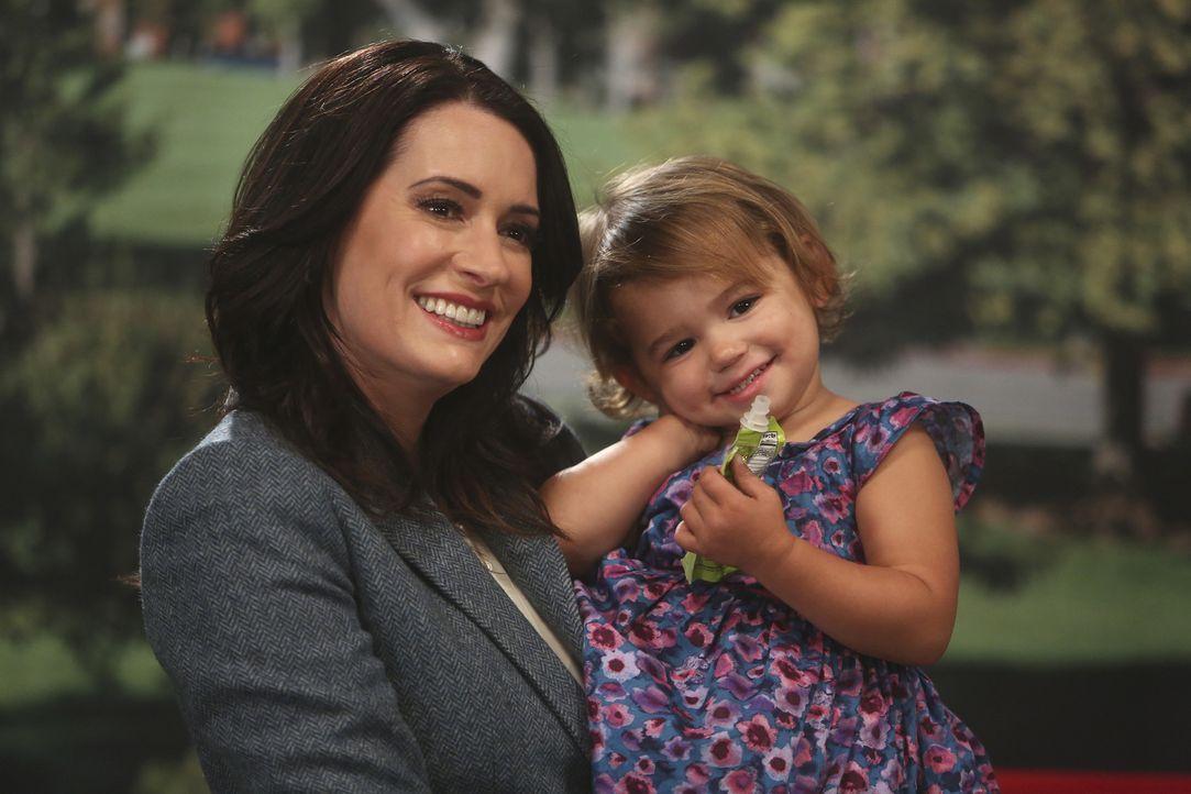 Trotz anfänglicher Skepsis erklärt sich Sara (Paget Brewster) bereit, mit Edie für eine Babynahrungskampagne vor der Kamera zu posieren. Doch als si... - Bildquelle: Jordin Althaus 2016 ABC Studios. All rights reserved.