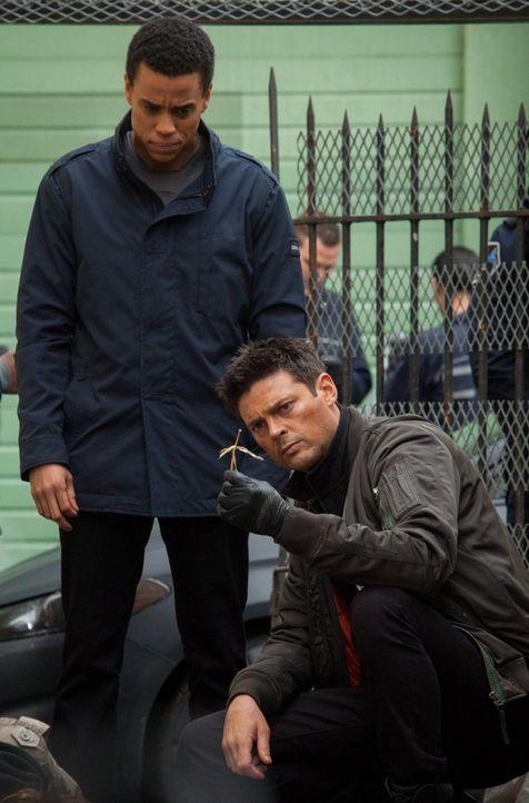 Ihr neuster Fall erinnert John (Karl Urban, r.) an einen alten Fall seines Vaters, doch dieses Mal hat er Unterstützung von Dorian (Michael Ealy, l.... - Bildquelle: Warner Bros. Television