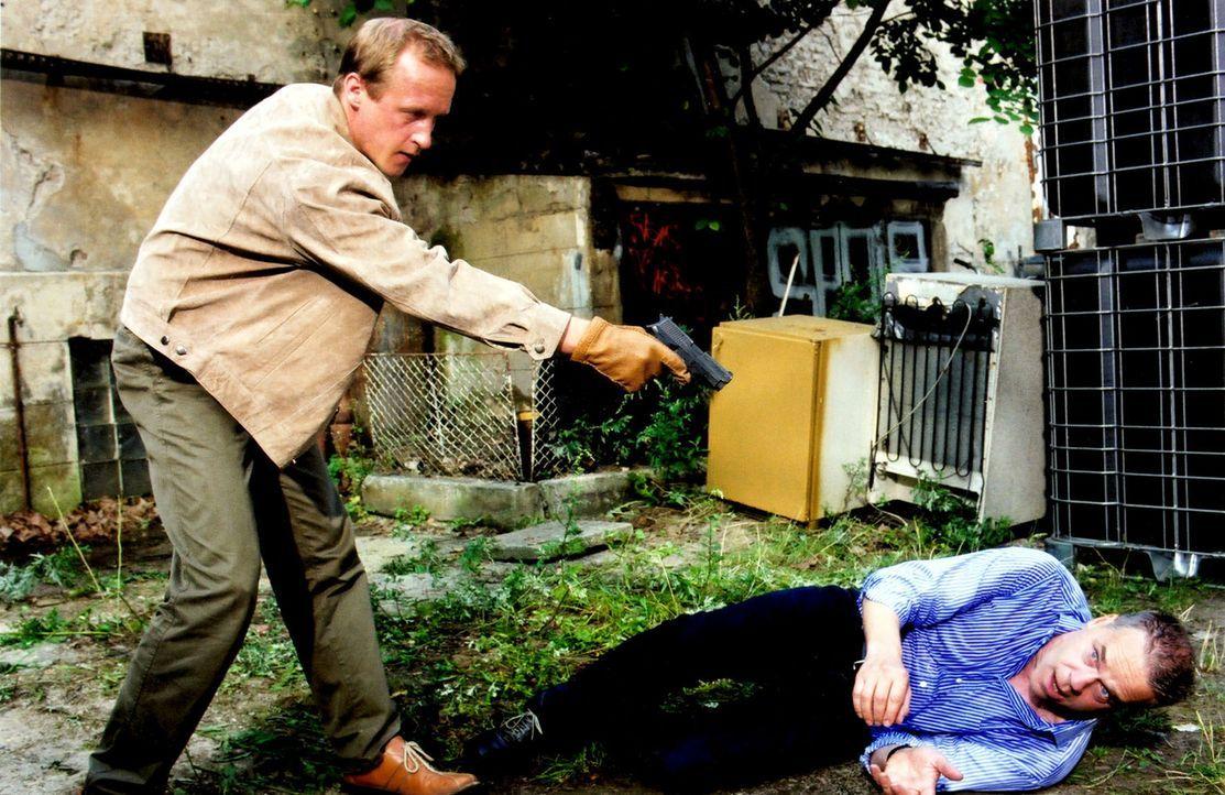 Als Wolff (Jürgen Heinrich, r.) zufällig Zeuge eines Mordes wird, gerät er durch die Bedrohung von einem Unbekannten (Stephan Kampwirth, l.) in Lebe... - Bildquelle: Claudius Pflug Sat.1