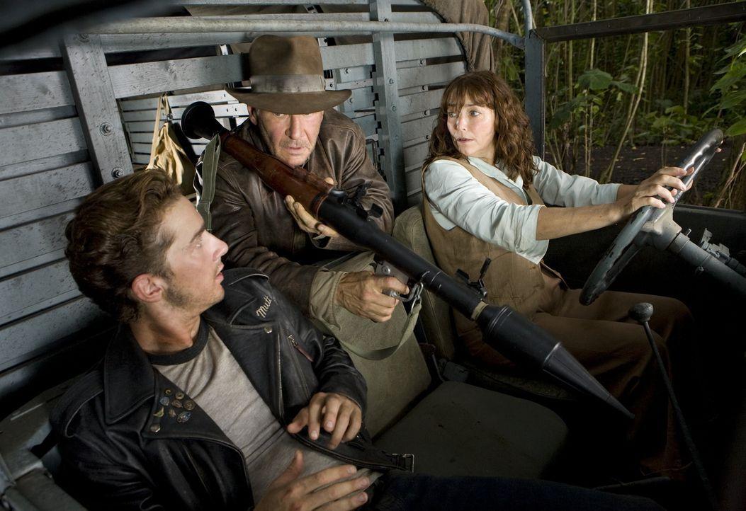 Auf der Suche nach dem Kristallschädel beginnt ein spektakuläres Abenteuer für Indiana Jones (Harrison Ford, M.), Mutt (Shia LeBeouf, l.) und Marion... - Bildquelle: David James & TM 2008 Lucasfilm Ltd. All Rights Reserved.