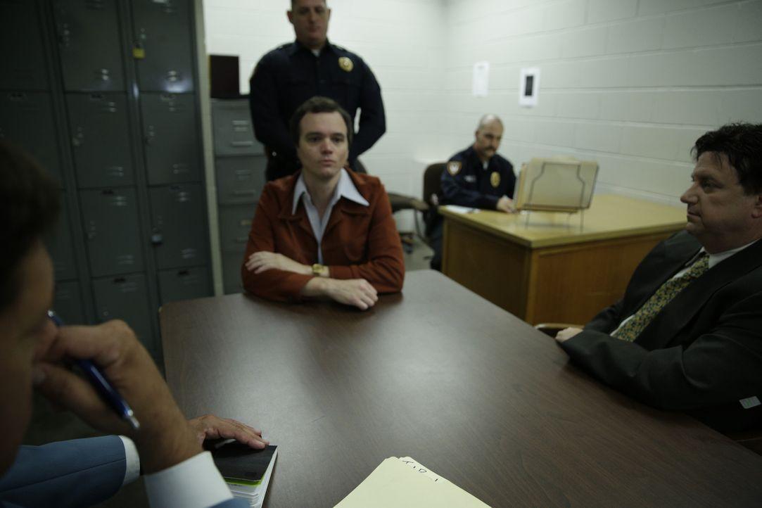 Die Polizei verhört Serienkiller Ted Bundy (M.) zu den Opfern und vermissten Frauen. Nach seiner Verhaftung gelingt ihm zwei Mal die Flucht aus eine... - Bildquelle: 2015 AMS Pictures All Rights Reserved
