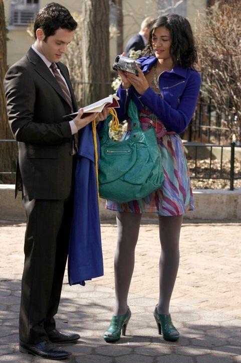 Obwohl Vanessa (Jessica Szohr, r.) nicht zu den Abiturienten gehört, ist sie doch vor Ort, um den wichtigen Tag für ihren besten Freund Dan (Penn Ba... - Bildquelle: Warner Brothers