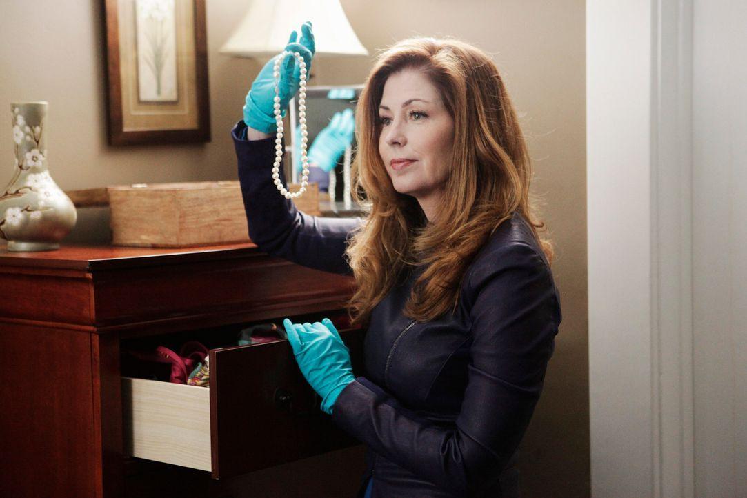 Ist dieses Schmuckstück ein Hinweis auf den Mörder von Renee Cadwell? Dr. Megan Hunt (Dana Delany) nimmt alles genau unter die Lupe ... - Bildquelle: 2013 American Broadcasting Companies, Inc. All rights reserved.