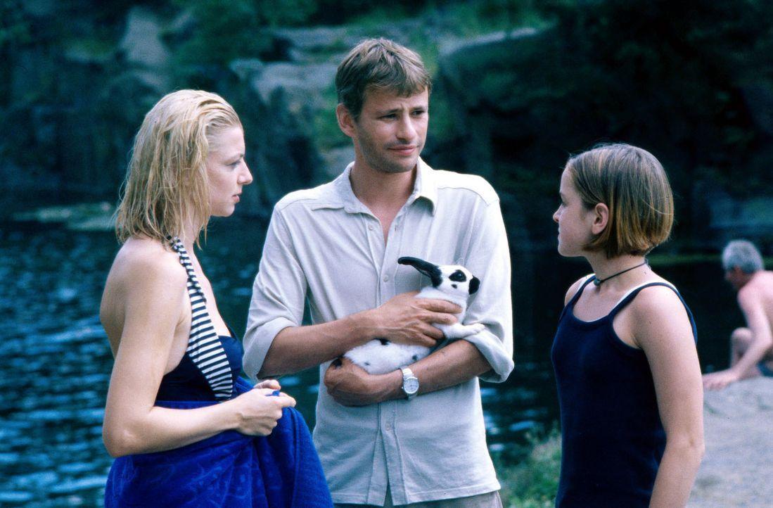"""Popey's Bruder Robert (Frank Stieren, M.) genannt """"Redford"""", gewinnt das Vertrauen von Clara (Michaela Merten, l.) und ihrer Tochter Patrizia (Laura... - Bildquelle: Jiri Hanzl SAT.1"""