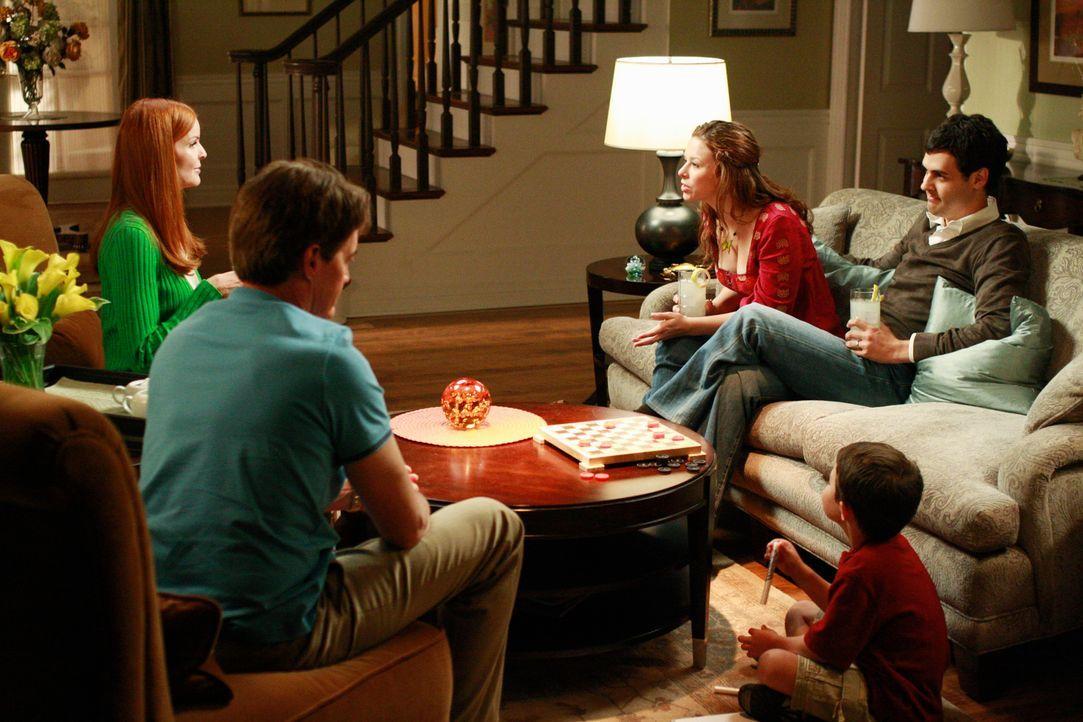 Nach vielen Jahren besucht Danielle (Joy Lauren, M.) gemeinsam mit ihrem Mann Leo (Andrew Leeds, r.) und ihrem Sohn Benjamin (Jake Soldera, 2.v.r.)... - Bildquelle: ABC Studios