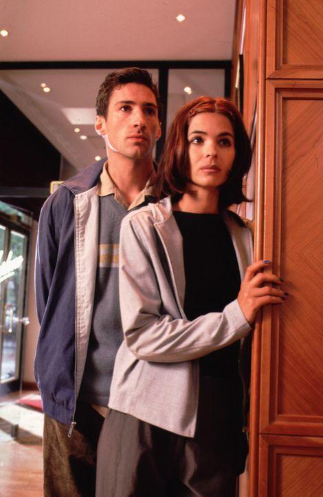 Sonia (Katja Woywood, r.) und Josef (Benjamin Sadler, l.) recherchieren auf eigene Faust, mit wem Karin zuletzt Kontakt hatte ... - Bildquelle: Noreen Flynn Sat.1
