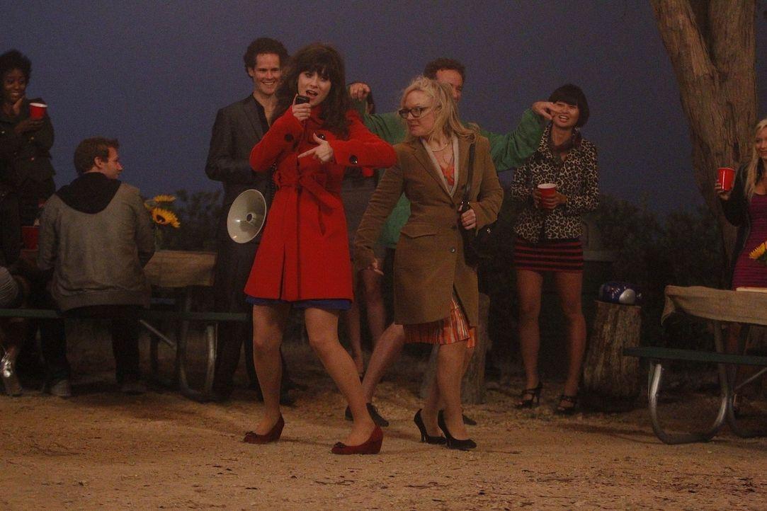 Die Party ist im vollen Gange: Jess (Zooey Deschanel, vorne l.) und Tanya (Rachael Harris, vorne r.) ... - Bildquelle: 20th Century Fox