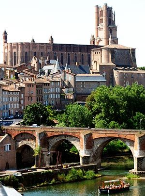 Noch ganz im Eindruck der Albigenserkriege wurde die Kathedrale Sainte-Cécile im französischen Albi im Jahr 1282 wie eine Festung erbaut. Die Maue... - Bildquelle: AFP