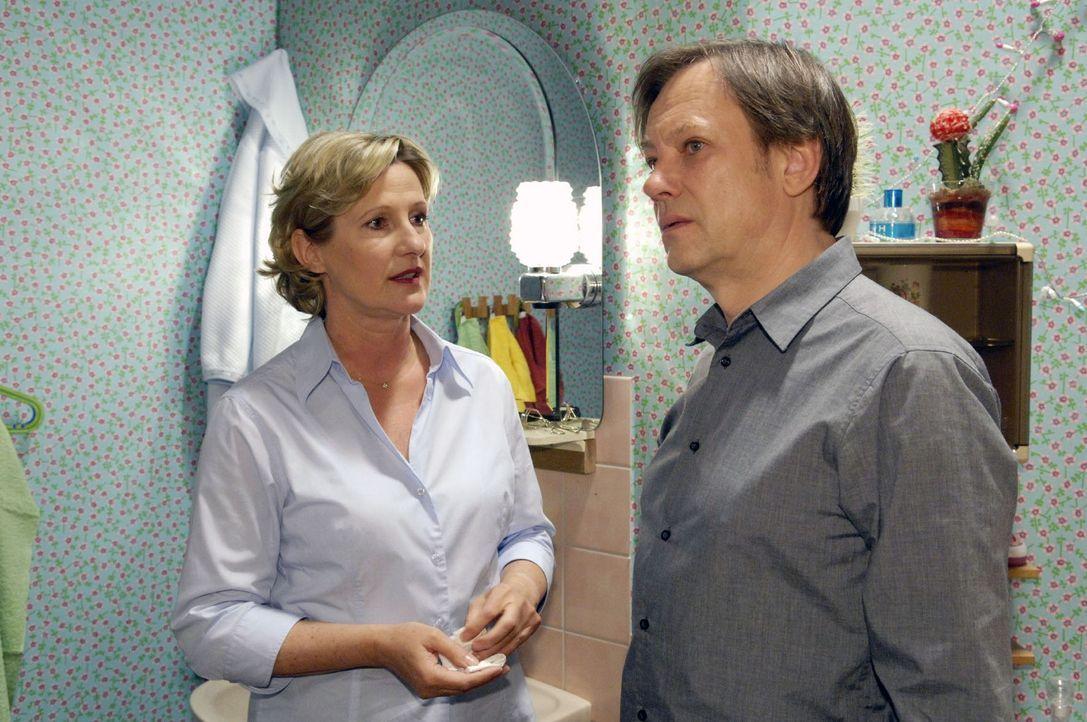 Susanne (Heike Jonca, l.) entgeht Armins (Rainer Will, r.) Eifersucht auf Georg nicht. - Bildquelle: Sat.1