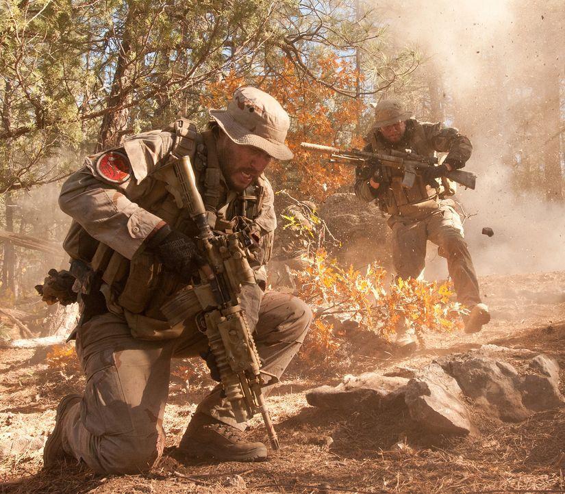 Afghanistan 2005: Die Navy Seals Marcus Luttrell (Mark Wahlberg, r.) und Mike Murphy (Taylor Kitsch, l.) liefern sich ein tödliches Feuergefecht mit... - Bildquelle: Greg Peters Universal Pictures