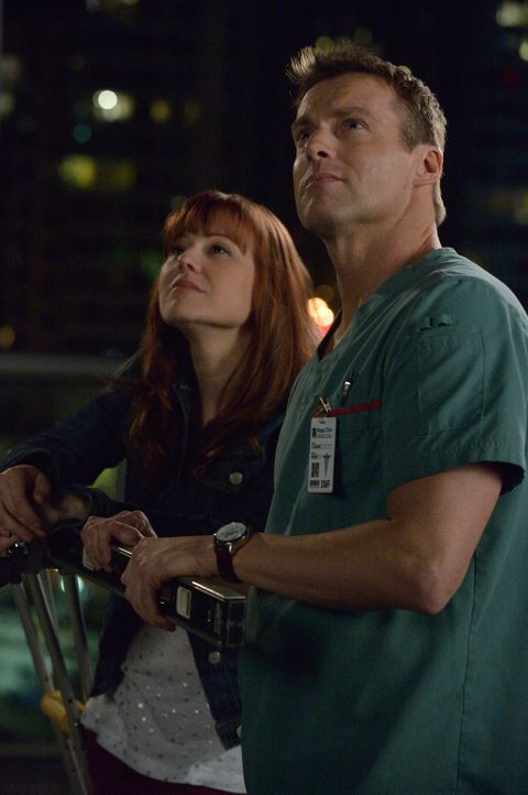 Als Charlies (Michael Shanks, r.) Patientin Genna (Kristin Booth, l.) behauptet, dass sie vor ihrem 40 Geburtstag, also in der folgenden Nacht, ster... - Bildquelle: 2012  Hope Zee One Inc.